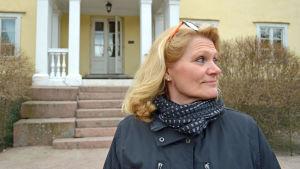 Regissör Anne Sandström poserar framför Hertonäs gård.