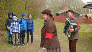 Två röda musikanter (Satu Wendell och Olli Liljeström) försöker få skolbarnen med i sången.