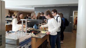 Elever på Jakobstads gymnasium tar mat. Längst fram Simone Stenbäck och Andrea Höglund.