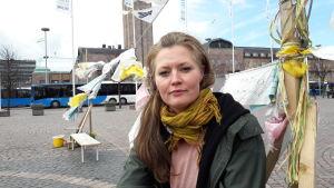 Riikka Theresa Innanen vid flyktingdemonstrationen på Järnvägstorget i Helsingfors.