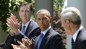 Robert Mueller (th) i Vita huset år 2013 tillsammans med president Barack Obama och James Comey som efterträdde Mueller som FBI-chef