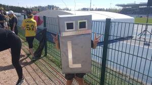 Lagstads maskot - ett barn i en dekorerad låda