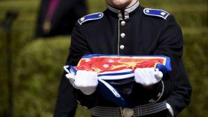 Kadetterna vek ihop Finlandsflaggan som täckte Mauno Koivistos kista på Sandudds begravningsplats den 25 maj 2017.