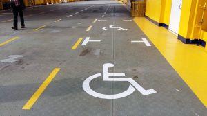 Det finns två handikapparkeringsplatser ombord på hybridfärjan Elektra som trafikerar mellan Pargas och Nagu