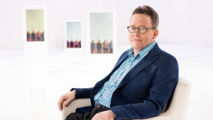 Tekoälytutkija, professori Timo Honkela sairastaa parantumatonta aivosyöpää. Testamenttinaan hän haluaa kehittää Rauhankoneen.