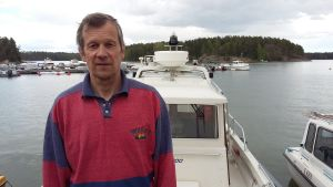 En man står på en båt och han heter Jan-Erik Öhman.