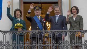 Det svenska kungapartet och det finländska presidentparet vinkar från balkong under ett statsbesök i Helsingfors.