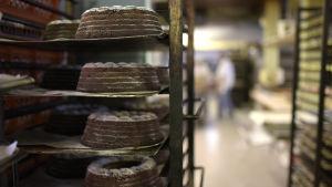 Halvfärdiga tårtor.