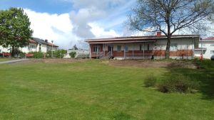 Ett rött och vitt hus som är både hälsocentral och ungdomsgård i Ingå.