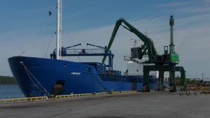 Ett fartyg lastas vid Kaskö hamn.