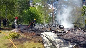 Brandkör släcker brand