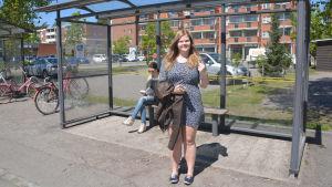Alexandra Grankvist på busshållsplatseb i Söderkulla