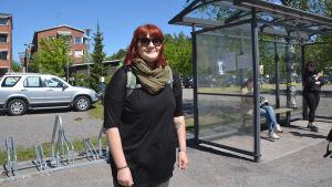 Veera Karjalainen på busshållsplatsen i Söderkulla