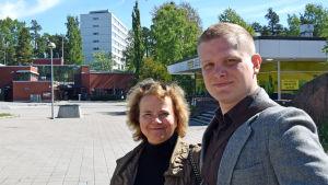 Laura Kolbe och Henri Hannula poserar i Rönnbacka.