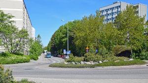 En buss kör in i en rondell i Rönnbacka.