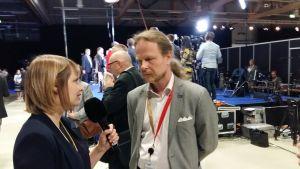 Riksdagsledamot intervjuas på partikongressen.