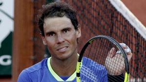 Rafael Nadal poserar efter semifinalsegern mot Dominic Thiem.