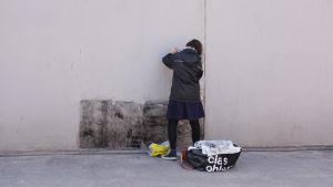 Outi Koivisto som målar ute på bron