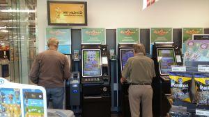 Två män spelar i en R-kiosk.