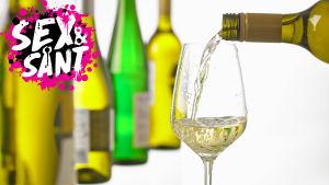 ett vin glas som det hälls vin i och vinflaskor synd i bakgrunden