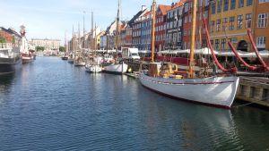 Nyhavnin satama-alue, purjeveneitä rivissä laiturin vieressä.
