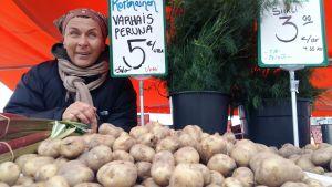 Angelique Kaspinen säljer potatis på torget