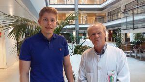 Émil Yliheljo och Tom Pettersson i Biomedicums aula i Helsingfors.