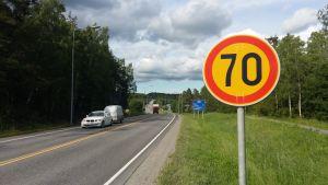 Trafikmärke för 70 km/h på Skärgårdsvägen.