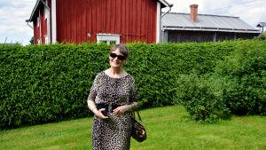 Eivor Nygård i Brinkens museiträdgård.