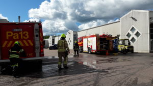 Brandmän och brandbilar utanför industrifastighet som brunnit i Pemar