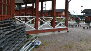En del gatuskyltar ligger ännu vid danspaviljongen på Skeppsbron.