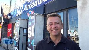 Nicolas skrattar mot kameran, framför SD:s kampanjplats i Almedalen.