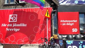 Två röda affischer intill varandra: Arbetarpartiet  - på rikitgt! SD och LO. För ett jämlikt Sverige.