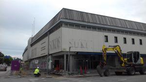 En grå byggnad rivs i Lojo. Där har varit Sokos.