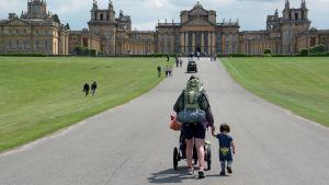 Ruotsalainen tutkimusmatkailija Mikael Strandberg lähtee tyttärensä kanssa tutustumaan Englannin luokkaeroihin.