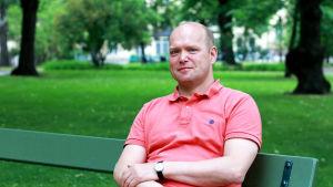 Peter Stadius sitter på en parkbänk.