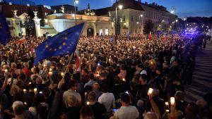 Demonstration utanför presidentpalatset i Warszawa den 18 juli mot regeringens odemokratiska lagreformer.