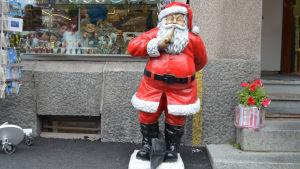 Julgubbe utanför souveniraffär i Helsingfors.