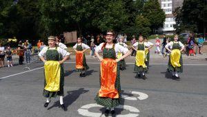 Litauiska folkdansare hoppar i sin dans under Europeaden 2017 i Åbo.