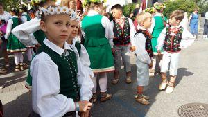 Barn i folkdräkter väntar på att få uppträda under Europeaden 2017 i Åbo.