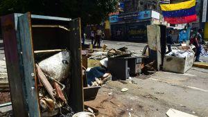 Oppositionsaktivister byggde barrikader i Caracas inför söndagens omröstning.