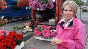 Blomförsäljare Tuija Simi på Hagnäs torg.