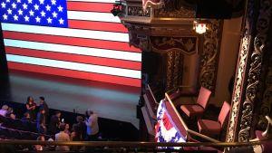 Två tomma platser i hederslogen är reserverade för president Trump.