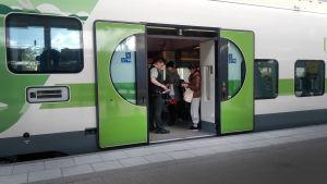 Biljettförsäljning på lokaltåg.