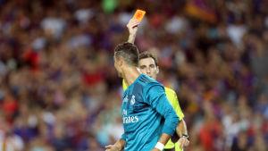 Domaren visar Cristiano Ronaldo det röda kortet.