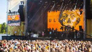 Ultra Bra paluukeikalla Ruisrockin Rantalavalla heinäkuussa 2017.