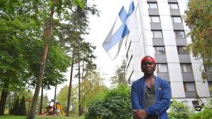 Pauli Sitoi framför sorgflaggning