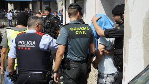 Polisen har gripit flera personer under räder i Ripoll.