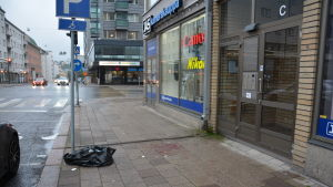 Blod på gatan där polisen sköt knivmannen i benet.