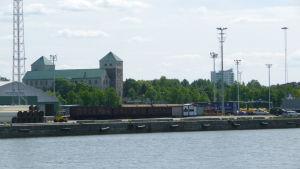 Godstrafik utanför Åbo slott.